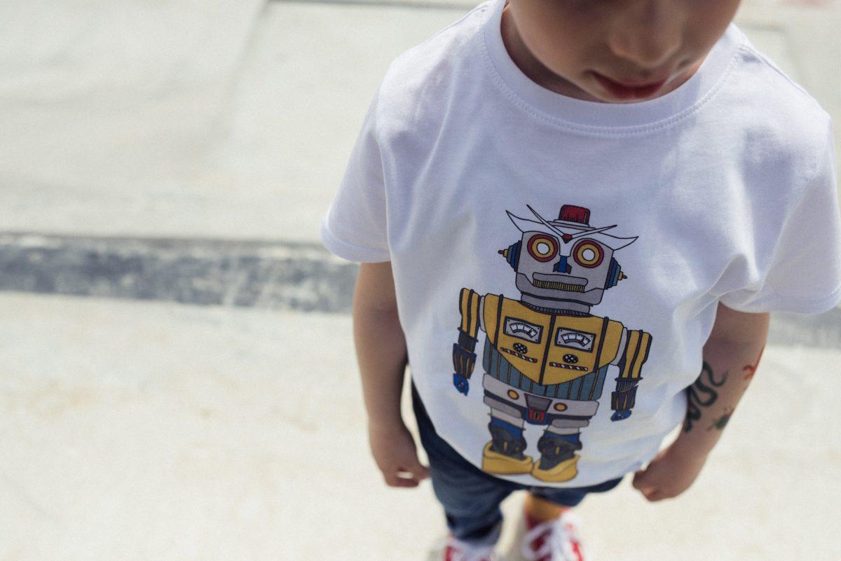 close up sulla maglietta con robot